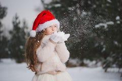 Menina bonita feliz pequena na floresta do inverno fotos de stock royalty free
