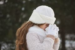 Menina bonita feliz pequena na floresta do inverno fotografia de stock