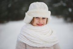 Menina bonita feliz pequena na floresta do inverno foto de stock