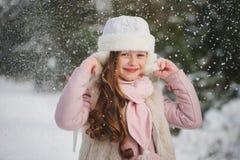 Menina bonita feliz pequena na floresta do inverno fotografia de stock royalty free