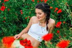 Menina bonita grávida no campo da papoila Imagem de Stock Royalty Free