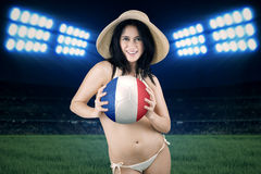 A menina bonita guarda a bola no campo Fotografia de Stock Royalty Free