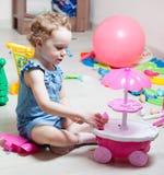 A menina bonita joga brinquedos imagens de stock royalty free