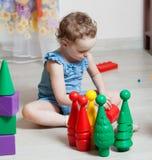 A menina bonita joga brinquedos imagens de stock