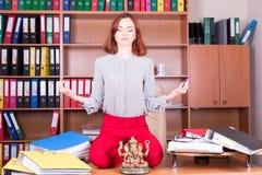 A menina bonita medita no escritório Imagens de Stock Royalty Free
