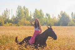 menina bonita, morena a cavalo que monta fotografia de stock royalty free