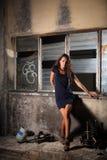 Menina bonita na área industrial Fotografia de Stock