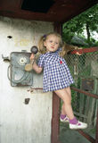Menina bonita na cabine de telefone foto de stock royalty free