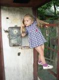 Menina bonita na cabine de telefone Imagem de Stock Royalty Free