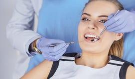 Menina bonita na cadeira dental no exame no de foto de stock royalty free