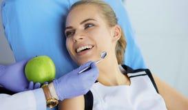 Menina bonita na cadeira dental no exame no de imagem de stock