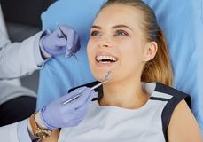Menina bonita na cadeira dental no exame no de imagens de stock