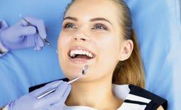 Menina bonita na cadeira dental no exame no de imagem de stock royalty free