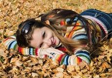 A menina bonita na caminhada do outono Fotografia de Stock