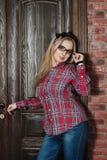 Menina bonita na camisa e nos vidros de manta Fotografia de Stock