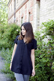 Menina bonita na camisa preta Fotografia de Stock Royalty Free