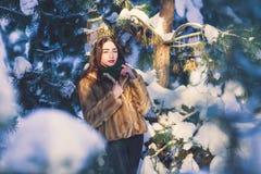 Menina bonita na floresta do inverno Foto de Stock Royalty Free