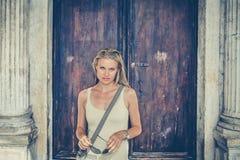 Menina bonita na frente da porta da catedral de Antient Imagem de Stock