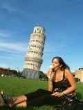 Menina bonita na frente da torre de Pisa Imagens de Stock Royalty Free