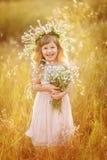 Menina bonita na grinalda fotos de stock royalty free