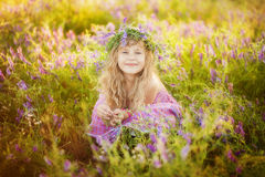 Menina bonita na grinalda fotografia de stock royalty free