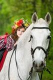 Menina bonita na grinalda floral fotografia de stock royalty free