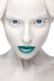 Menina bonita na imagem do albino com bordos azuis e os olhos brancos Cara da beleza da arte Imagens de Stock Royalty Free