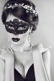 Menina bonita na máscara preta do véu masquerade composição hairstyle Imagens de Stock Royalty Free