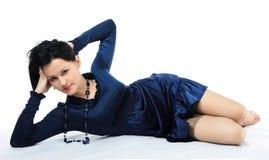Menina bonita na obscuridade - vestido azul Foto de Stock Royalty Free