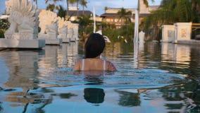 Menina bonita na piscina do hotel video estoque
