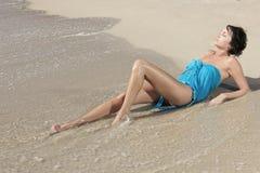 Menina bonita na praia fotos de stock