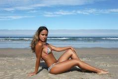 Menina bonita na praia imagens de stock