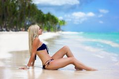Menina bonita na praia do oceano foto de stock