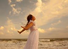 Menina bonita na praia ensolarada Conceito da liberdade e da paz fotografia de stock