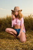 Menina bonita na roupa do cowboy Fotos de Stock