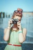 Menina bonita na roupa do vintage que faz a imagem com came retro fotos de stock