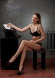 Menina bonita na roupa interior preta Imagens de Stock