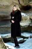 Menina bonita na sessão fotográfica do Natal do inverno no parque Fotos de Stock Royalty Free