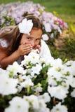 Menina bonita nas flores imagens de stock royalty free