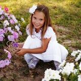 Menina bonita nas flores fotografia de stock royalty free