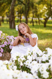 Menina bonita nas flores fotos de stock royalty free