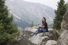 Menina bonita nas montanhas Foto de Stock Royalty Free