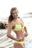 Menina bonita no biquini em uma praia foto de stock