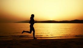 A menina bonita no biquini está correndo na praia imagens de stock royalty free