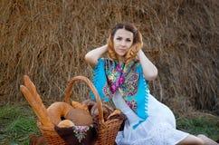 Menina bonita no campo Fotos de Stock Royalty Free