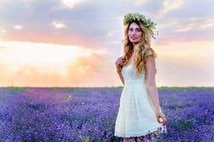 Menina bonita no campo da alfazema no por do sol Fotografia de Stock
