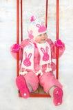 Menina bonita no campo de jogos da criança do inverno. Fotografia de Stock Royalty Free
