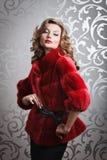 Menina bonita no casaco de pele vermelho Fotos de Stock Royalty Free