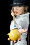 Menina bonita no chapéu com sugestão do bilhar e uma esfera fotografia de stock royalty free