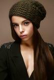 Menina bonita no chapéu da malha do inverno e no revestimento dos cáquis Modelo novo com composição delicada e as setas coloridas Fotos de Stock Royalty Free